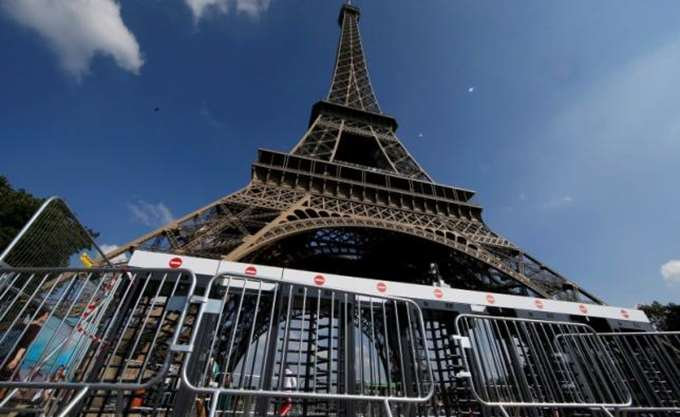 Γαλλία: Ο πύργος του Άιφελ εκκενώθηκε, ένας άνθρωπος σκαρφαλώνει στο εμβληματικό μνημείο