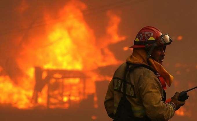 Πυροσβέστης έχασε τη ζωή του στη μάχη με τη μεγαλύτερη πυρκαγιά στην ιστορία της Καλιφόρνια