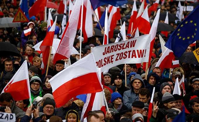 Πολωνία: Χιλιάδες αστυνομικοί και πυροσβέστες διαδηλώνουν στη Βαρσοβία