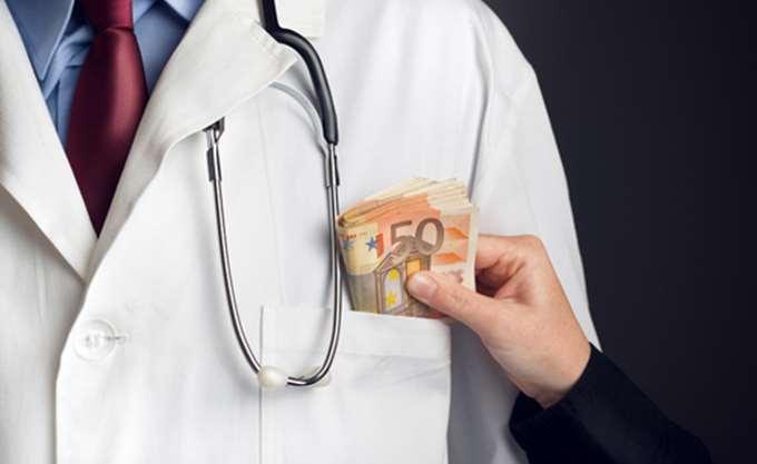 Ελεύθερος ο γιατρός που φέρεται να ζητούσε χρήματα από καρκινοπαθή