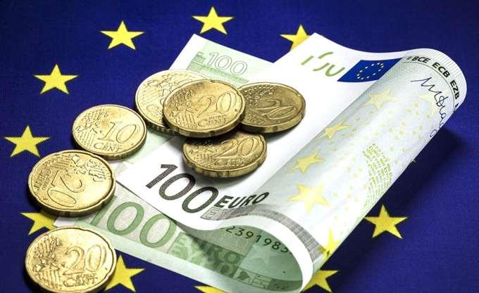 Βloomberg: Την ενδυνάμωση του ευρώ στις αγορές του συναλλάγματος διερευνά η E.E.