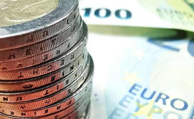 Το ευρώ υποχωρεί οριακά κατά 0,07%, στα 1,2112 δολάρια