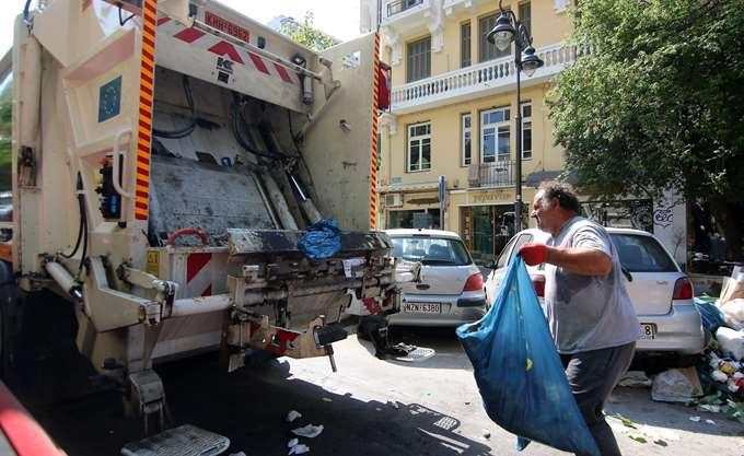 Πτώση απορριμματοφόρου σε γκρεμό στην Τήνο με δύο νεκρούς