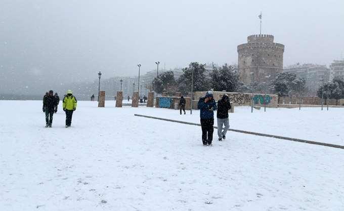 Χιονίζει σε περιοχές βόρεια της Θεσσαλονίκης