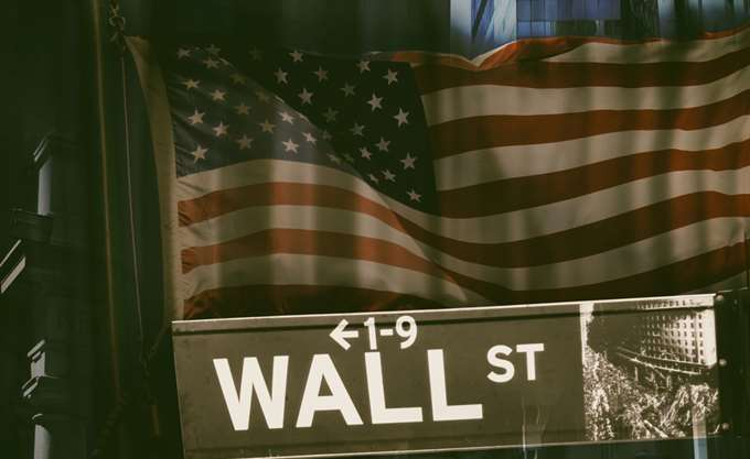 Ήπιες απώλειες για τα futures της Wall Street