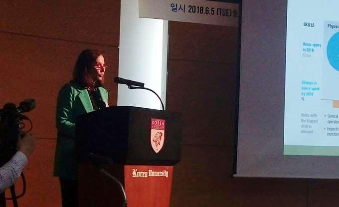 Η Άννα Διαμαντοπούλου με το ΔΙΚΤΥΟ στη Σεούλ