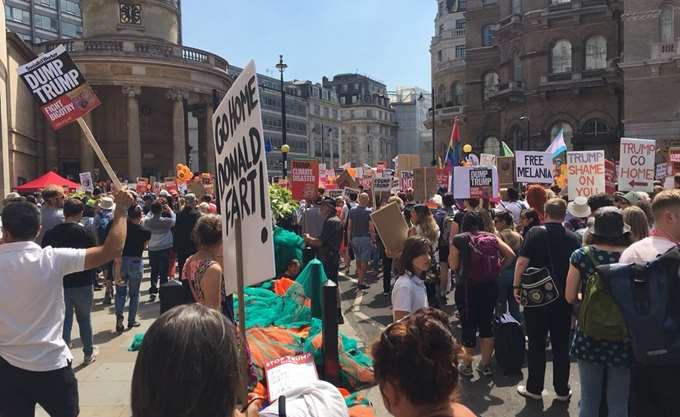 Χιλιάδες διαδήλωσαν στο Λονδίνο κατά του Τραμπ