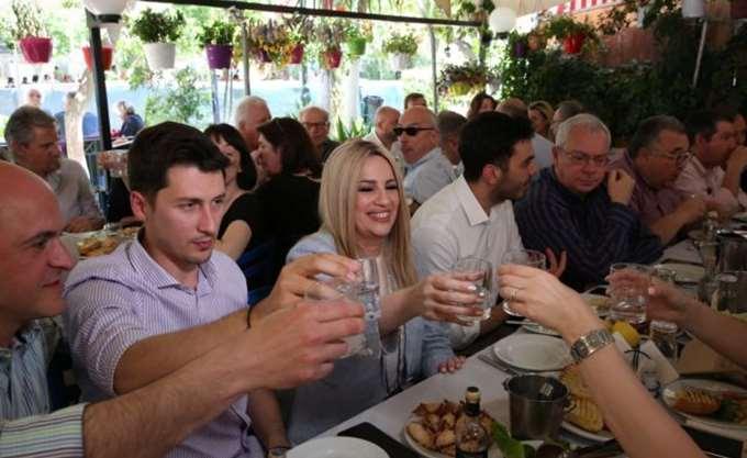 Φ. Γεννηματά: Σε ταβέρνα της Καισαριανής με συνεργάτες και δημοσιογράφους
