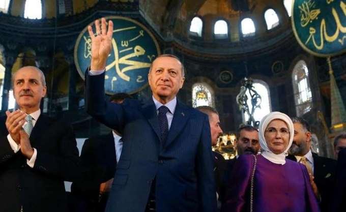 Μουσουλμανικός χαιρετισμός του Ερντογάν μέσα στην Αγία Σοφία