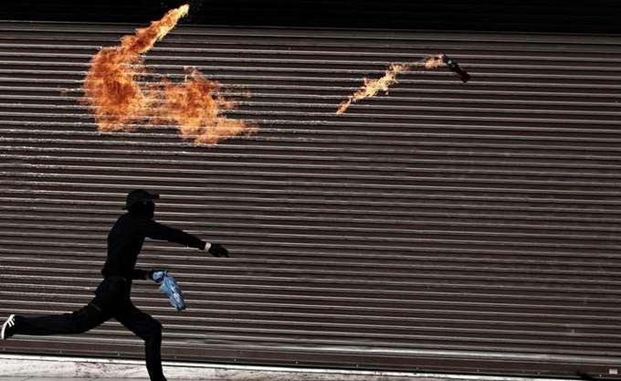 Επιθέσεις με μολότοφ εναντίον αστυνομικών κοντά στο Πολυτεχνείο