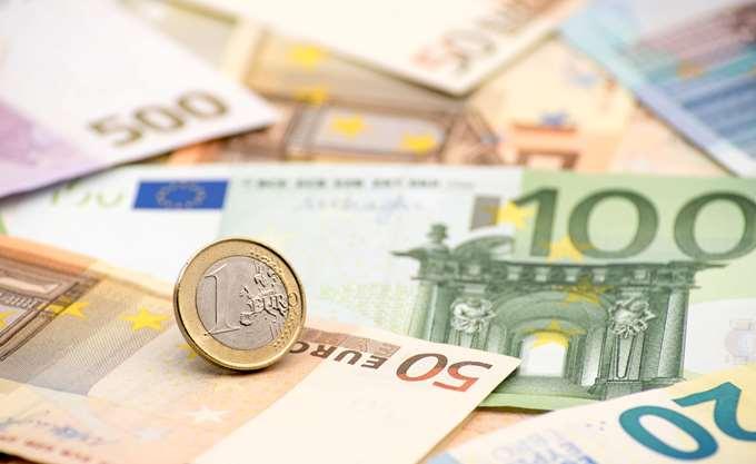 Το ευρώ υποχωρεί οριακά 0,04%, στα 1,1763 δολάρια