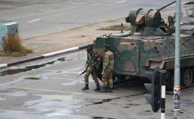 Ζιμπάμπουε: Ο Μουγκάμπε αντιστέκεται στις πιέσεις του στρατού να φύγει από τη χώρα