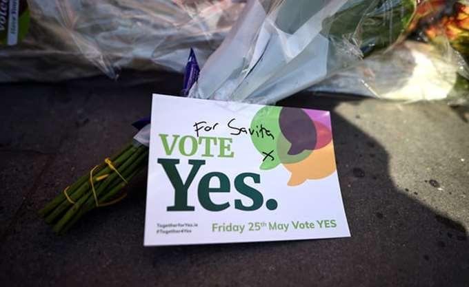 """Με 68% οι Ιρλανδοί ψηφίζουν """"Ναι"""" στη νομιμοποίηση των αμβλώσεων"""