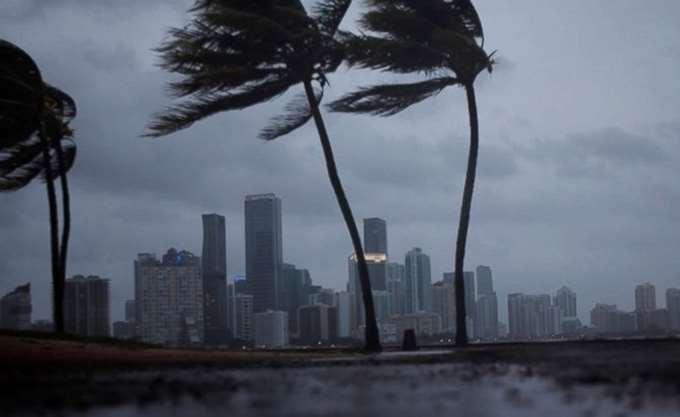 """ΗΠΑ: """"Ο τυφώνας του αιώνα"""" πλησιάζει στη Φλόριντα"""