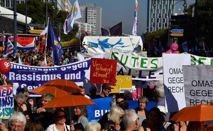 Δεκάδες χιλιάδες άνθρωποι στη διαδήλωση κατά του ρατσισμού στο Βερολίνο