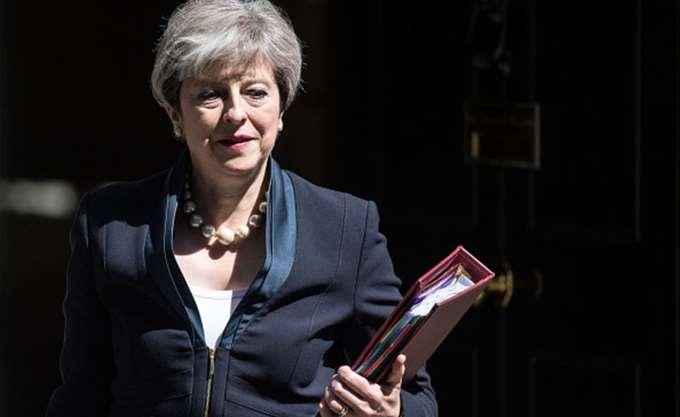 """Η Μέι θα ζητήσει από τους βρετανούς βουλευτές """"να συγκρατήσουν τα νεύρα τους"""""""