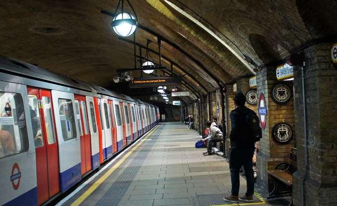 Βρετανία: Μητέρα και παιδί έπεσαν στις ράγες του μετρό και σώθηκαν