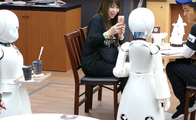 Άνοιξε στην Ιαπωνία η πρώτη καφετέρια στον κόσμο με σερβιτόρους-ρομπότ