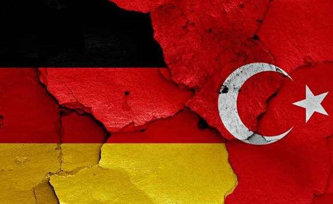 """Γερμανία-Τουρκία: Αποσύρθηκε """"άγαλμα"""" του Ερντογάν σε φεστιβάλ τέχνης στο Βισμπάντεν"""