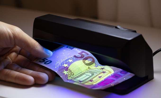 Υποχωρεί το ευρώ έναντι του δολαρίου εν όψει ΕΚΤ