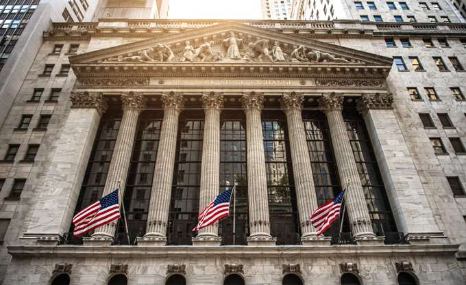 """Προσπαθεί να σταθεί ξανά στα """"πόδια"""" της η Wall Street"""