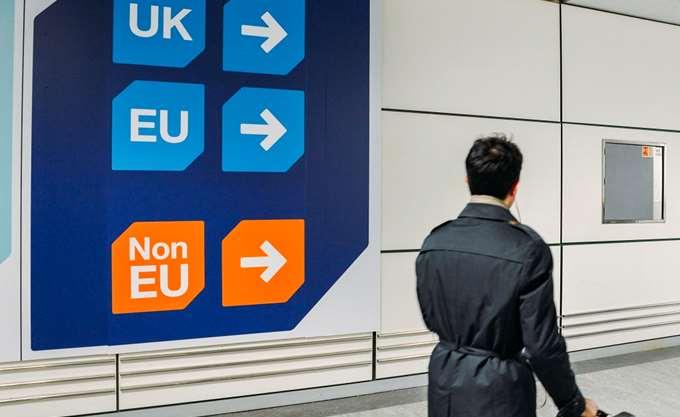 """Επιχειρήσεις που βγάζουν εκατομμύρια από το μεταναστευτικό """"χάος"""" του Brexit"""
