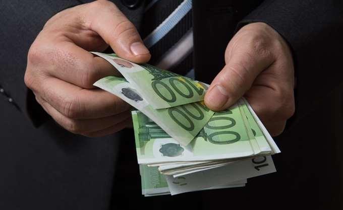 Ποιοι θα πληρώσουν τη μη μείωση των συντάξεων