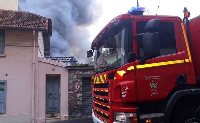 Παρίσι: Μεγάλη πυρκαγιά στις Βερσαλίες