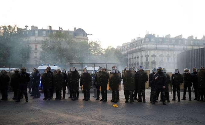 Παρίσι: Συμπλοκές μεταξύ κουκουλοφόρων και αστυνομικών