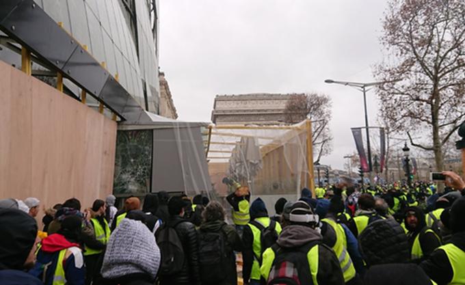 """Γαλλία: """"Κίτρινα γιλέκα"""" επιχείρησαν να πυρπολήσουν την πρόσοψη του Drugstore Publicis στα Ηλύσια Πεδία"""