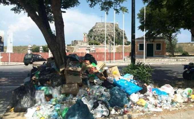 """Σε """"ομηρία"""" από χιλιάδες τόνους απορριμμάτων η Κέρκυρα"""