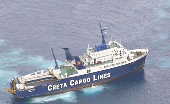 """Σαντορίνη: Αποκολλήθηκε το φορτηγό πλοίο """"Νέαρχος"""