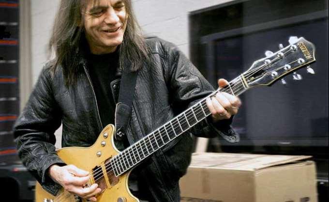 Έφυγε από τη ζωή ο θρυλικός κιθαρίστας των AC/DC, Malcolm Young
