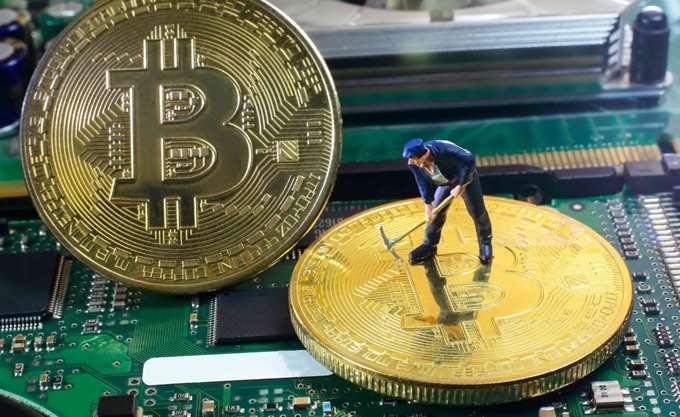 Νέο ιστορικό ρεκόρ για το bitcoin, υποχωρεί το δολάριο