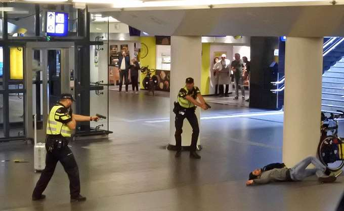 """Ο δράστης της επίθεσης με μαχαίρι στο Άμστερνταμ δηλώνει ότι κίνητρά του ήταν οι """"προσβολές"""" στο Ισλάμ"""