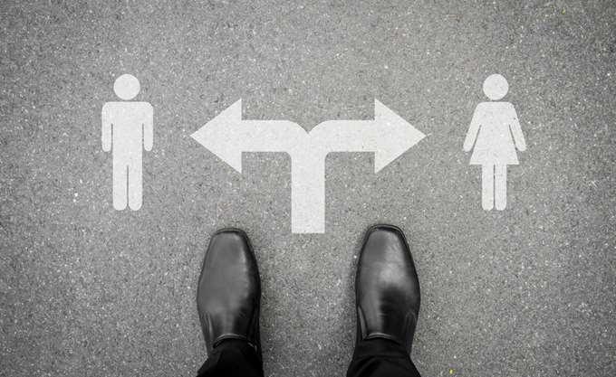 Μείωση του μισθολογικού χάσματος των δύο φύλων προτείνει η Κομισιόν