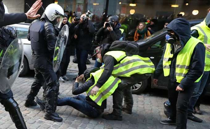 """Εβδομήντα συλλήψεις στις Βρυξέλλες για τα """"κίτρινα γιλέκα"""""""
