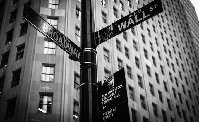 Πετρελαϊκές πιέσεις στη Wall, με τη Fed και πάλι στο επίκεντρο