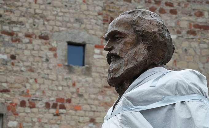200 χρόνια από τη γέννηση του Καρλ Μαρξ, το άγαλμα στην Τριρ και οι διαδηλώσεις