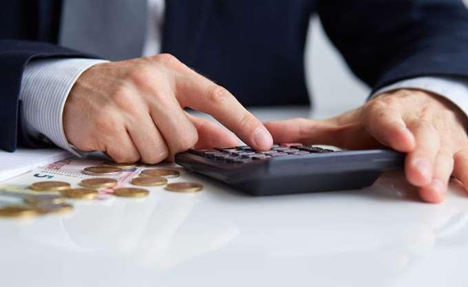 Νέες εισφορές: Χαμηλώνουν τις προβλέψεις για έσοδα πριν καν τις επιβάλλουν