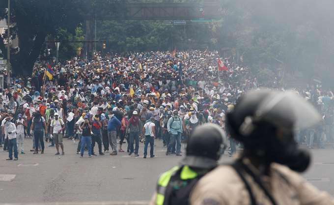 Στη Βενεζουέλα σκοτώνουν και ο ΣΥΡΙΖΑ πάει κάμπινγκ με... Μαδούρο