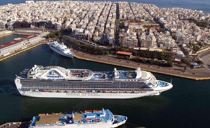 Πρόσκρουση δύο επιβατηγών στο λιμάνι του Πειραιά