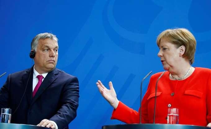 """Δημόσια διαφωνία Μέρκελ - Όρμπαν για την """"ανθρωπιά"""" έναντι των προσφύγων"""