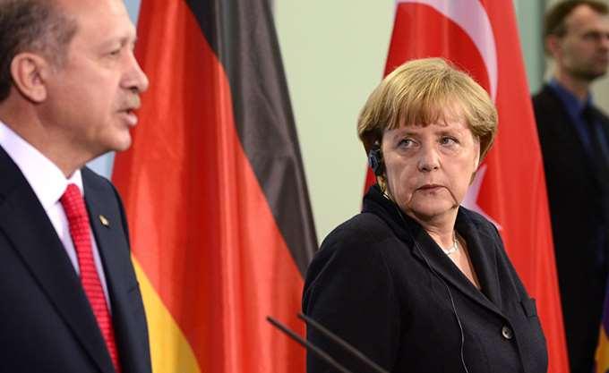"""Ο Ερντογάν """"ξαναπλησιάζει"""" το Βερολίνο για να αποφύγει το ΔΝΤ"""