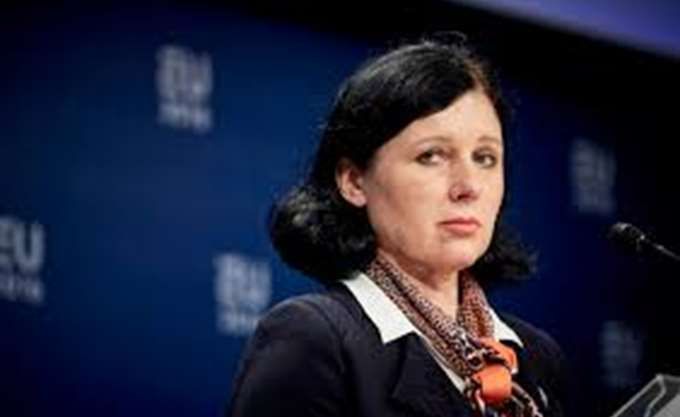 Η Κομισιόν προτρέπει το Βουκουρέστι να επανεξετάσει νόμους που εγκρίθηκαν πρόσφατα
