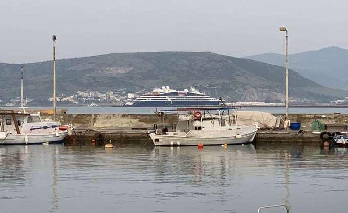 """Το εντυπωσιακό κρουαζιερόπλοιο """"Le Bougainville"""" στο λιμάνι του Βόλου"""