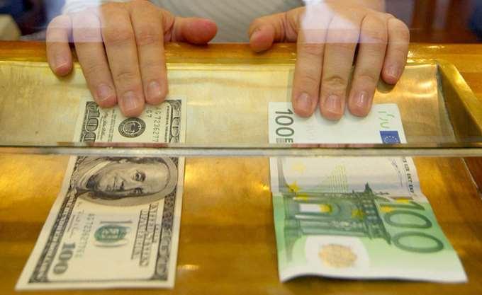 Υποχωρεί το ευρώ κατά 0,14%, στα 1,1721 δολάρια