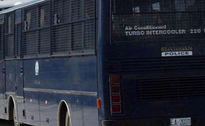 Επεισόδια στο κέντρο του Αγρινίου μεταξύ αστυνομικών και κουκουλοφόρων