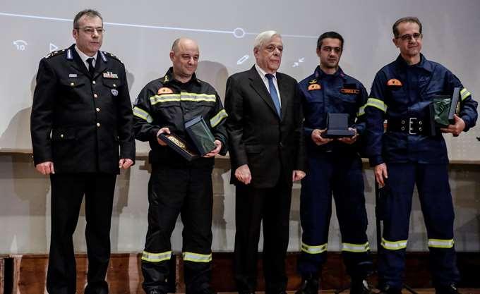 Τρεις εθελοντές πυροσβέστες βράβευσε ο Πρόεδρος της Δημοκρατίας Π. Παυλόπουλος