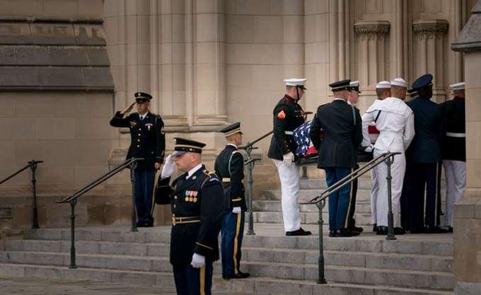 Οι Αμερικανοί αποχαιρετούν τον γερουσιαστή Τζον Μακέιν